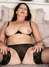 Chunky fat mature slut doesn\'t hesitate to expose her curves